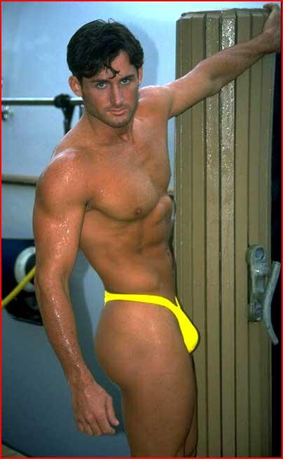 В желтом аксессуаре  (гей блюсик 100)