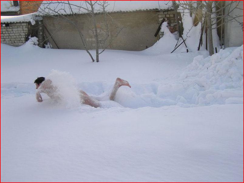 Голышом в снег  (гей блюсик 10128)