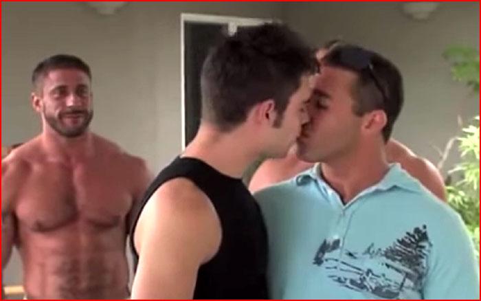 Целуются мальчики (видео)  (гей блюсик 10549)