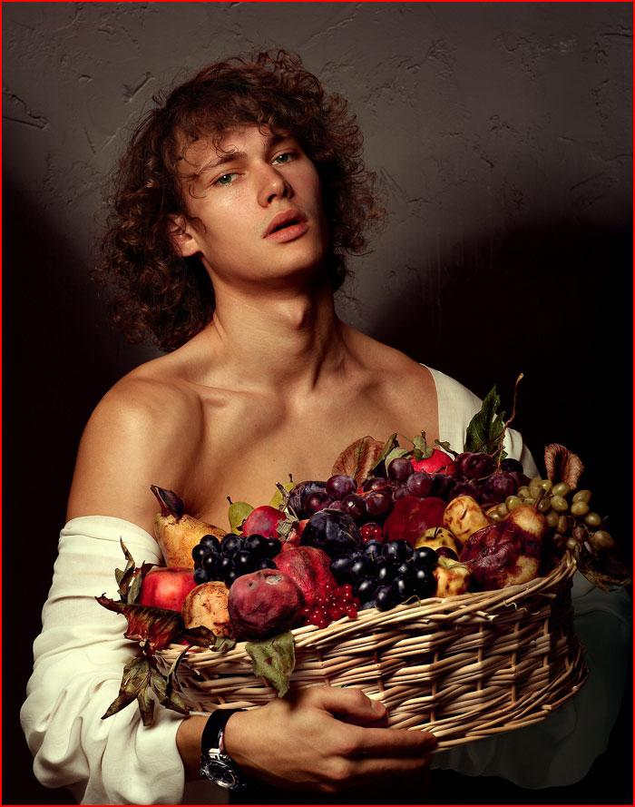 Юноша с корзиной фруктов  (гей блюсик 10776)