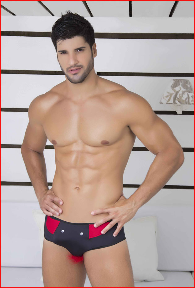 Красавчик Марчелло в магазине мод  (гей блюсик 12308)
