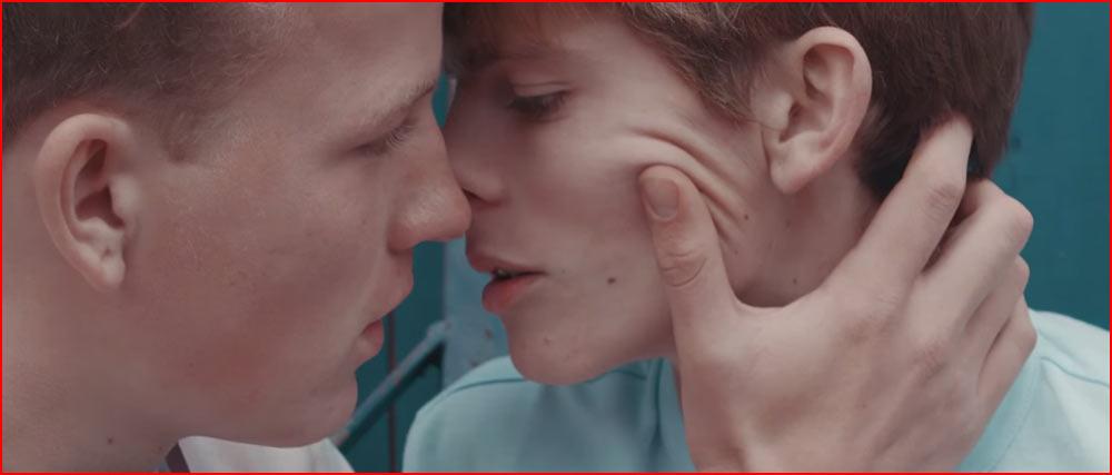 Первый поцелуй (видео)  (гей блюсик 12312)