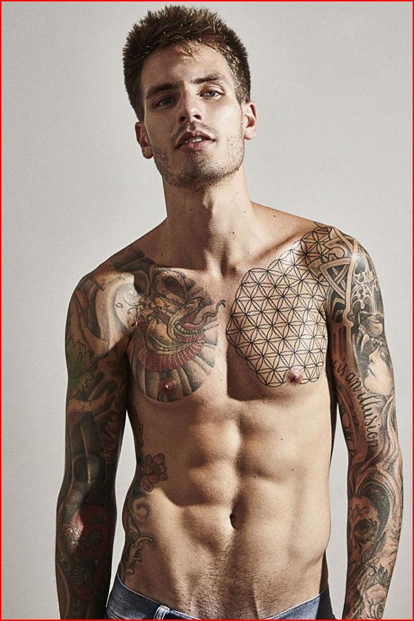 Фото мужика в татуировках
