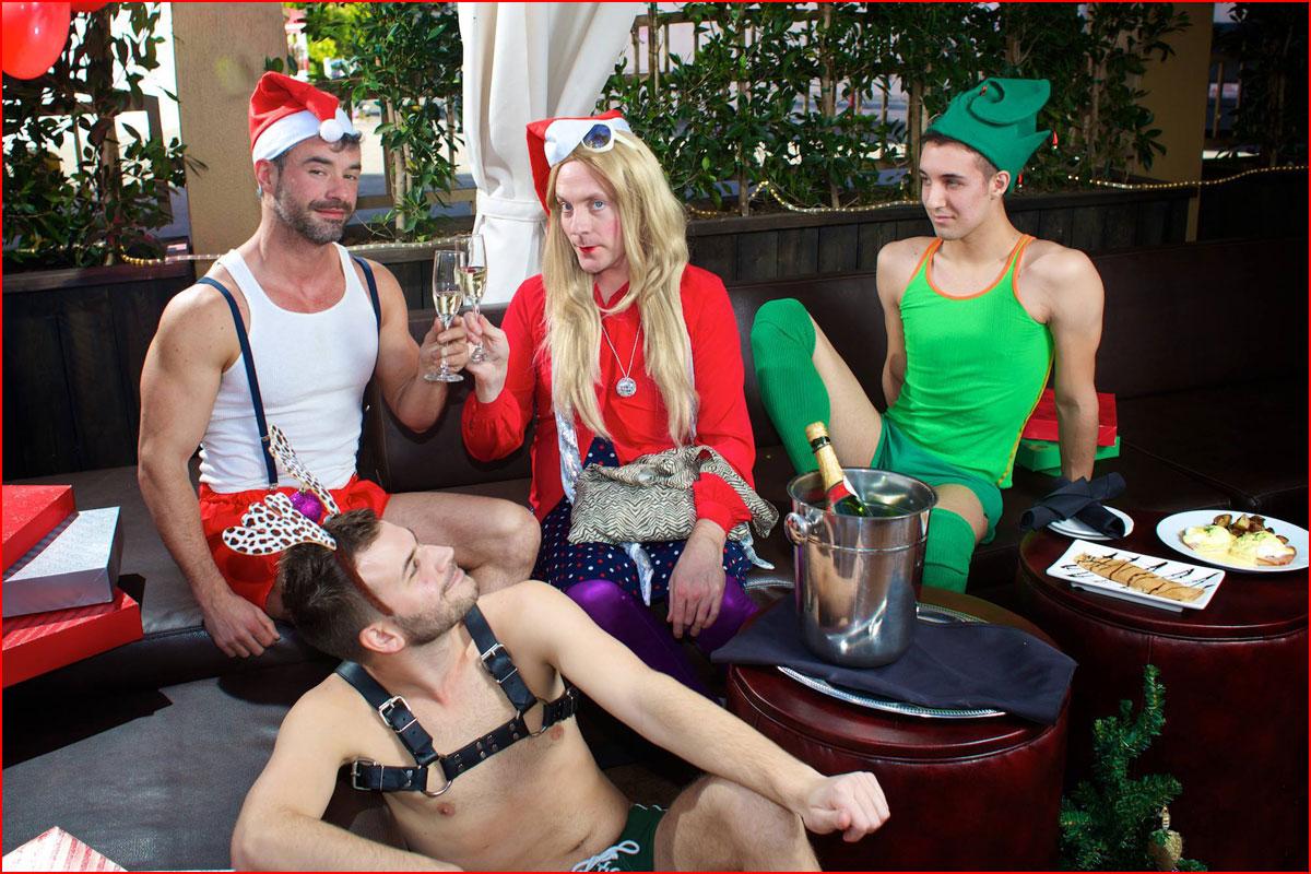 Весело встретили Новый год  (гей блюсик 14469)
