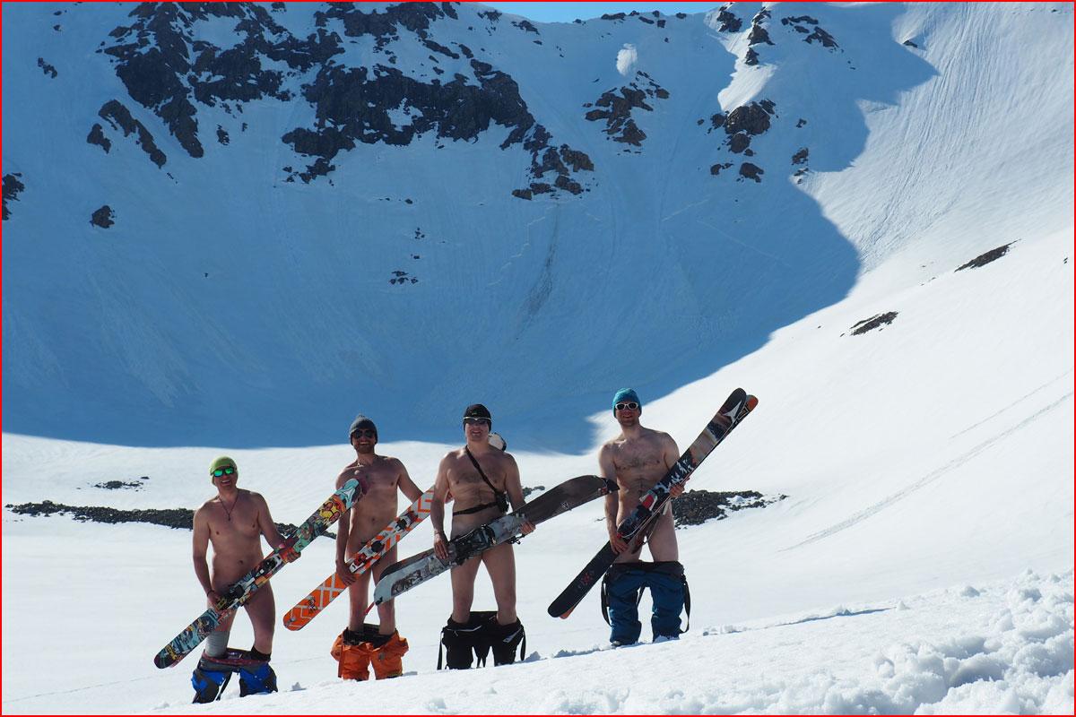 Голая на лыжах интересно