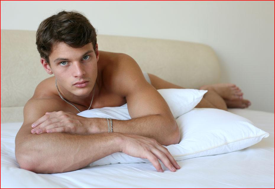 худые геи в постели