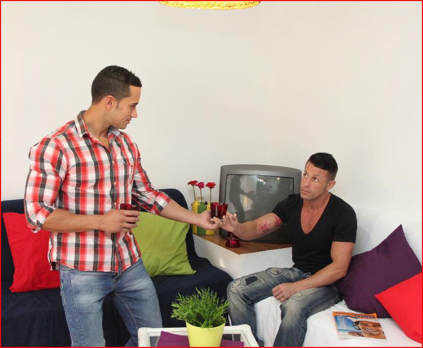Парни в бунгало Artemisa Gay Men Only в Испании  (гей блюсик 15548)