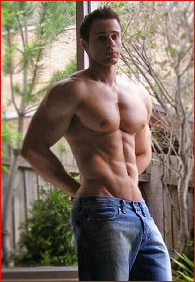 Сексуальный мужик в джинсах