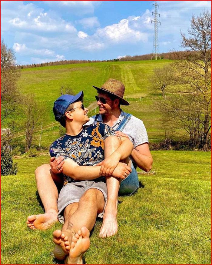 Вместе весну встречают  (гей блюсик 19316)