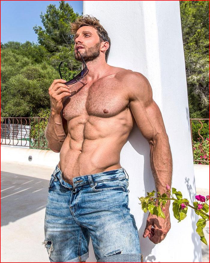 Танцовщик и модель Давиде Зонголи