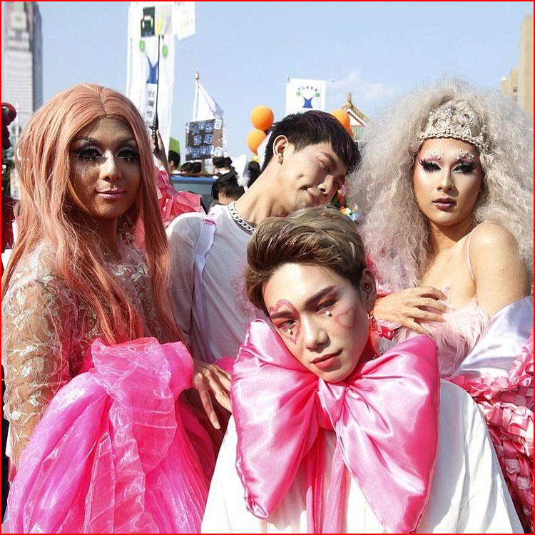 Яркие краски гей-парадов