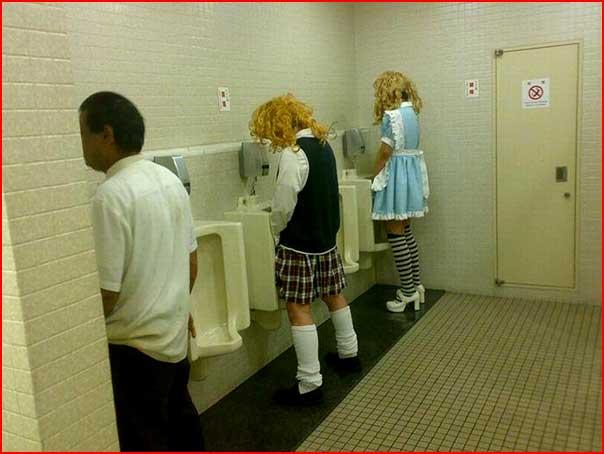 Два Парня И Девушка В Туалете
