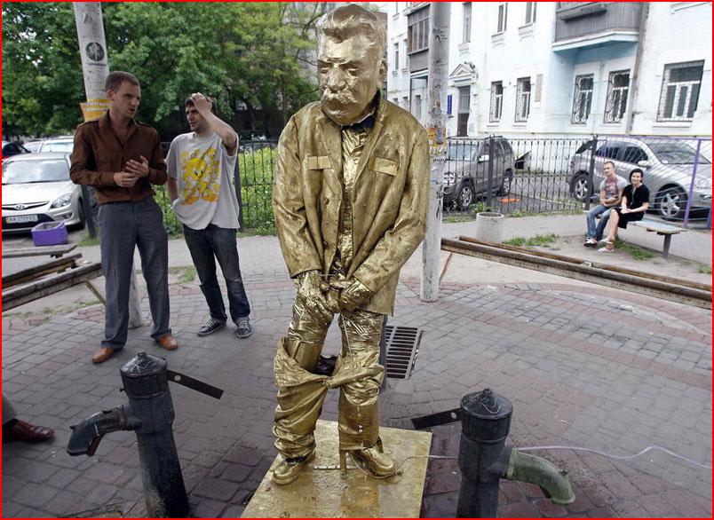 Писающая статуя  (гей блюсик 7687)