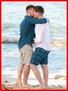 Влюблённые на пляже  (гей фото, блюсик 18028)